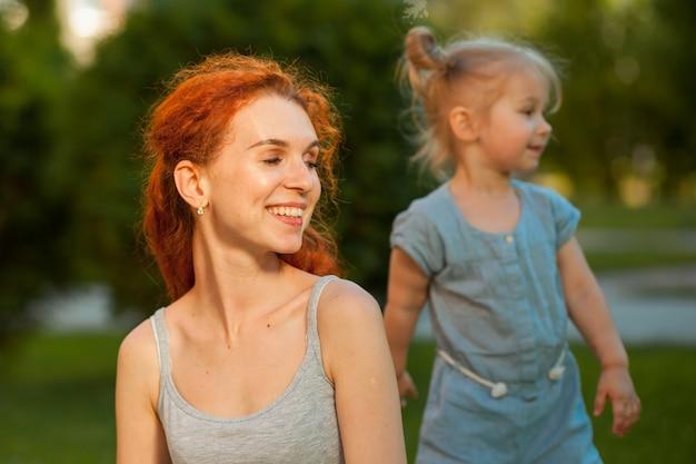 Moeder en dochter lopen in het park