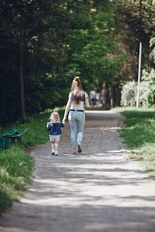 Moeder en dochter lopen op een onverharde weg