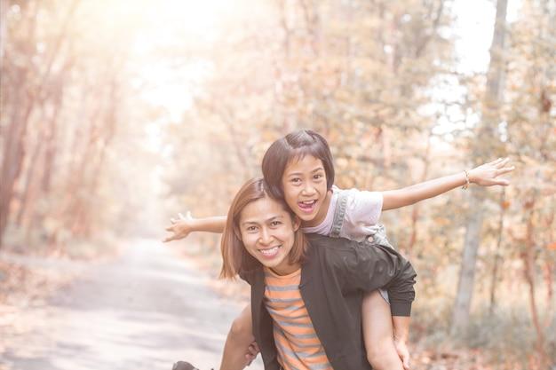 Moeder en dochter meeliften rit met mama