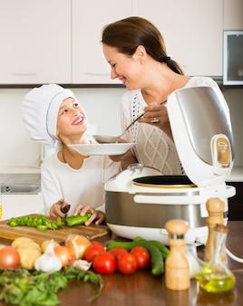 Moeder en dochter met behulp van multicooker