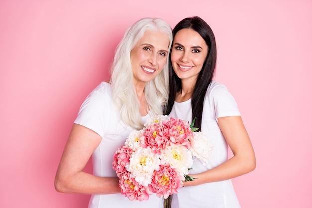 Moeder en dochter met bloemen