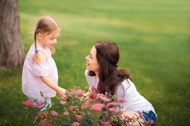 Moeder en dochter met bloemenclose-up