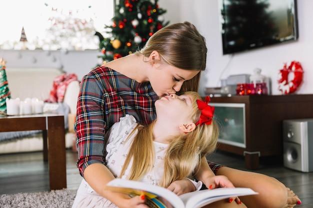 Moeder en dochter met boek