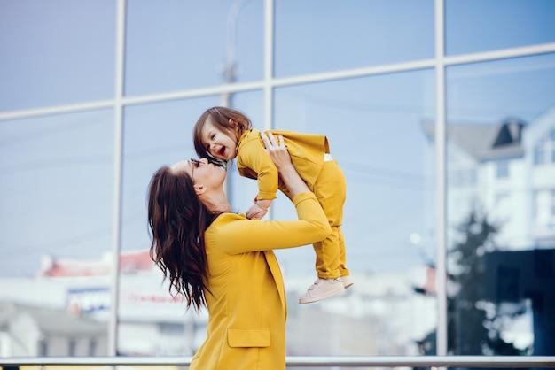 Moeder en dochter met boodschappentas in een stad