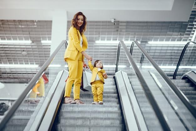 Moeder en dochter met boodschappentas
