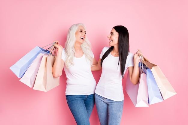 Moeder en dochter met boodschappentassen