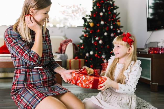 Moeder en dochter met geschenkdoos
