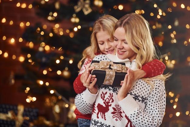 Moeder en dochter met geschenken die samen kerstvakantie vieren.