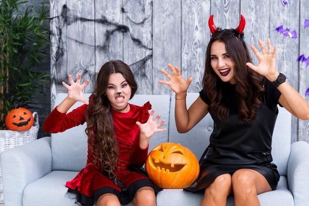 Moeder en dochter met halloween-samenstelling