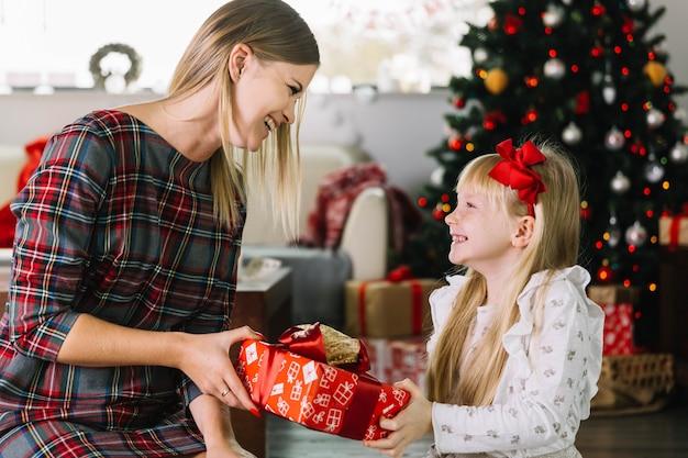 Moeder en dochter met huidige doos