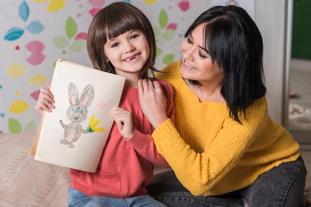 Moeder en dochter met konijntekening