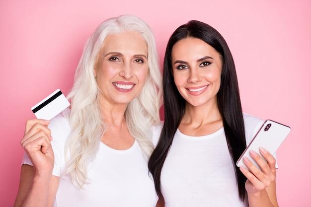 Moeder en dochter met telefoon en creditcard