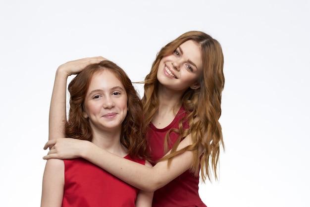 Moeder en dochter modieuze kleding vriendschap familie close-up.