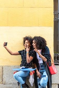 Moeder en dochter nemen een selfie samen.