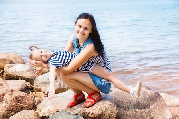 Moeder en dochter ontspannen aan het meer
