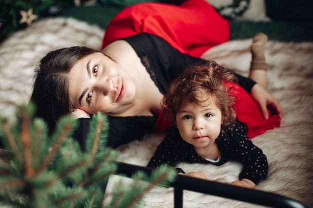 Moeder en dochter op bed met kerstmis.