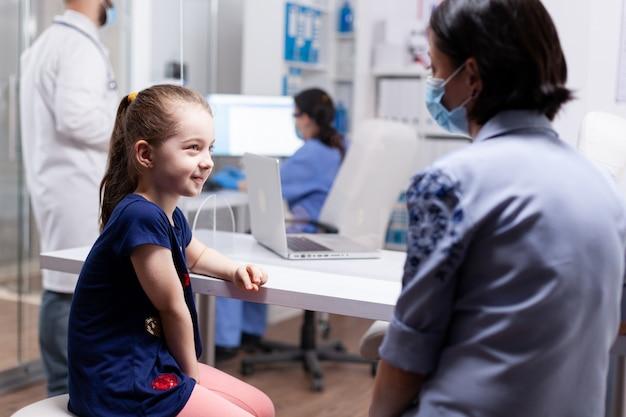 Moeder en dochter op doktersafspraak tijdens coronaviruspandemie