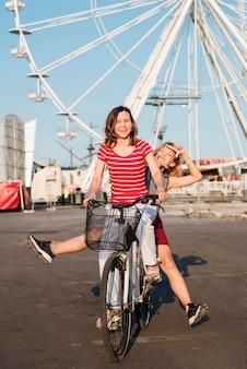 Moeder en dochter op een fiets