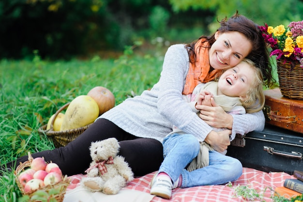 Moeder en dochter op een picknick