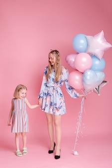 Moeder en dochter op familiedag met ballonnen