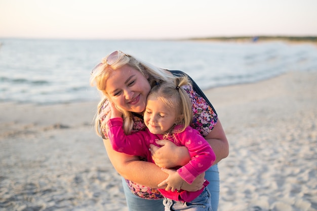 Moeder en dochter op het strand