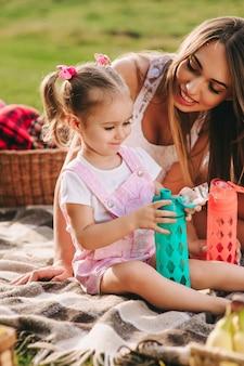 Moeder en dochter op picknick