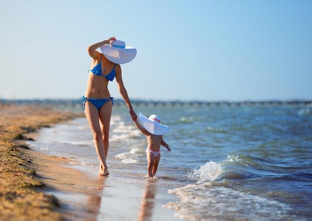 Moeder en dochter op strand