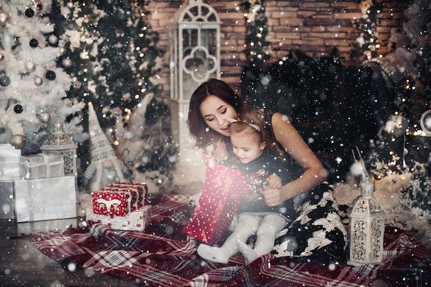 Moeder en dochter openen kerstcadeau