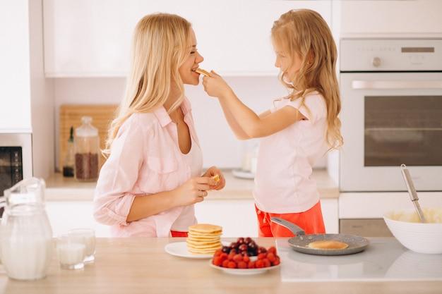 Moeder en dochter pannenkoeken bakken
