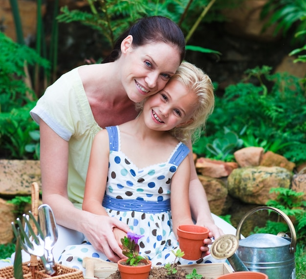 Moeder en dochter planten in hun tuin