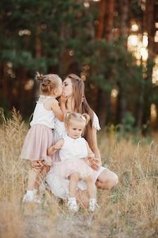 Moeder en dochter plezier in het park. gelukkig familieconcept. schoonheid natuur scène met familie buiten levensstijl.