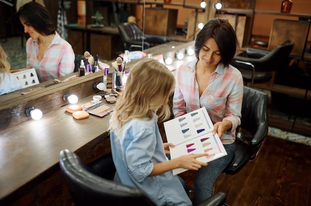 Moeder en dochter plezier in make-up salon
