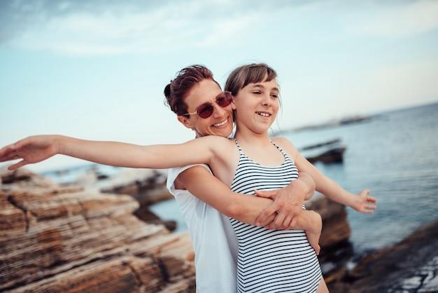Moeder en dochter plezier op het strand