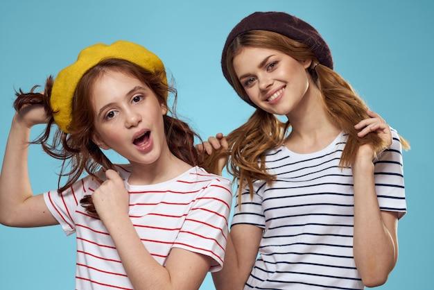Moeder en dochter poseren hebben plezier en glimlachen, gelukkig gezin, twee zussen, het beeld van frankrijk en parijs, baretten op haar hoofd