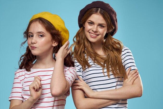 Moeder en dochter poseren hebben plezier en glimlachen, gelukkige familie, twee zussen, het beeld van frankrijk en parijs, baretten op haar hoofd