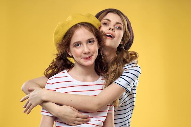 Moeder en dochter poseren veel plezier en glimlachen, gelukkig gezin, twee zussen, het beeld van frankrijk en parijs, baretten