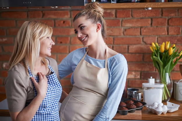 Moeder en dochter praten in de keuken