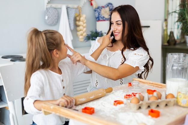 Moeder en dochter raken elkaar neus aan