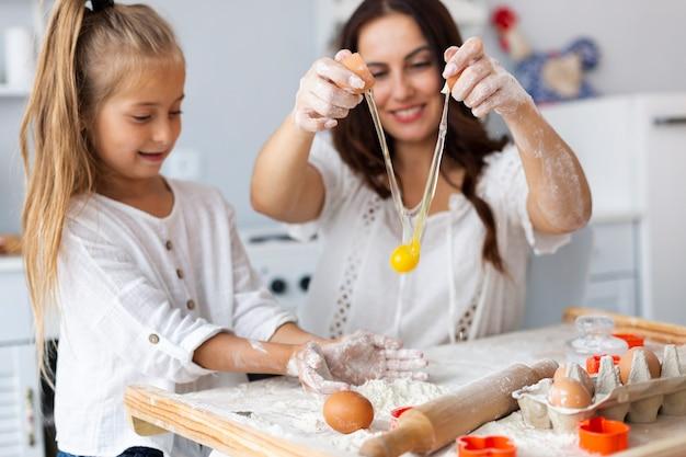 Moeder en dochter remmen eieren