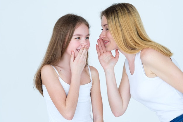 Moeder en dochter roddelen. moeder en kind band en vertrouwensrelatie