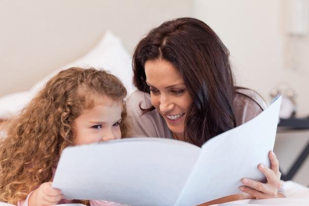 Moeder en dochter samen een boek lezen