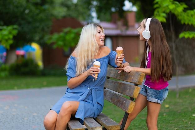Moeder en dochter samen in park