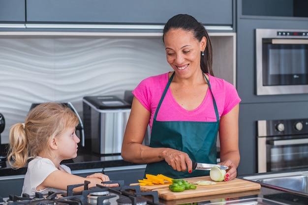Moeder en dochter samen koken