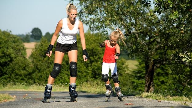 Moeder en dochter schaatsen