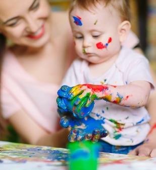 Moeder en dochter schilderen op canvas op de tekenschool