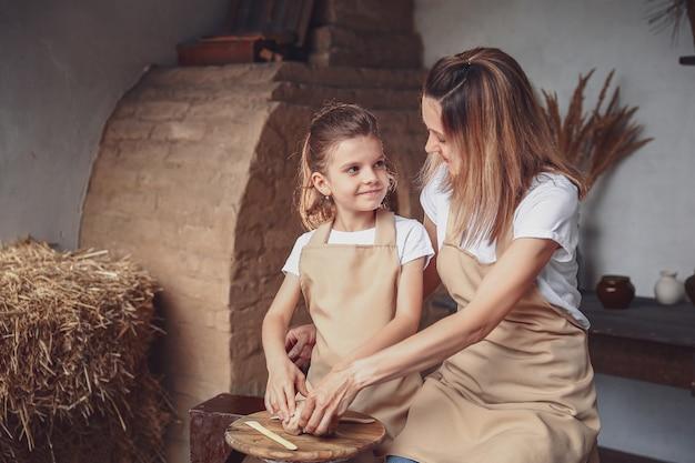 Moeder en dochter schimmel met klei, genieten van aardewerk kunst en productieproces