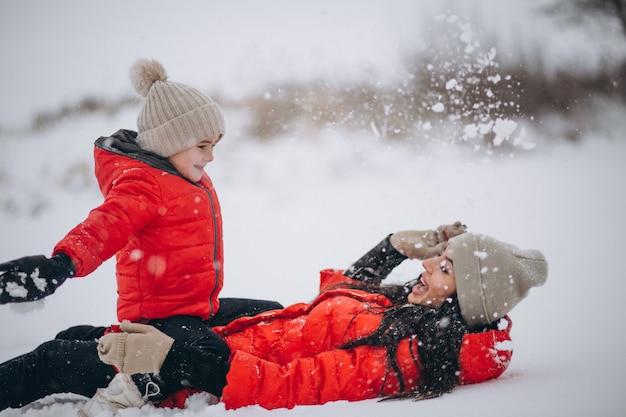 Moeder en dochter spelen in winter park