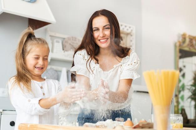 Moeder en dochter spelen met deeg