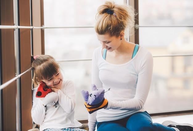 Moeder en dochter spelen met speelgoed in de sportschool