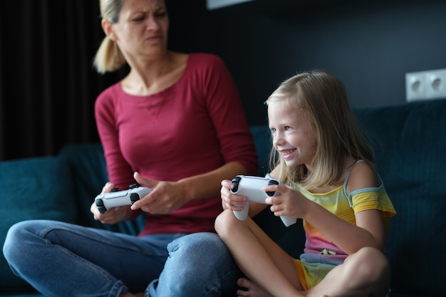 Moeder en dochter spelen online games op consoleclose-up